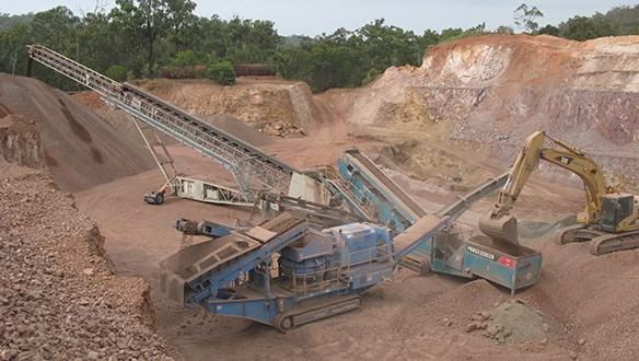 Conveyor stockpiling from mobile crushing and screening plant